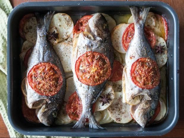 Συνταγή για τσιπούρα πλακί στον φούρνο με λαχανικά από τον Άκη Πετρετζίκη