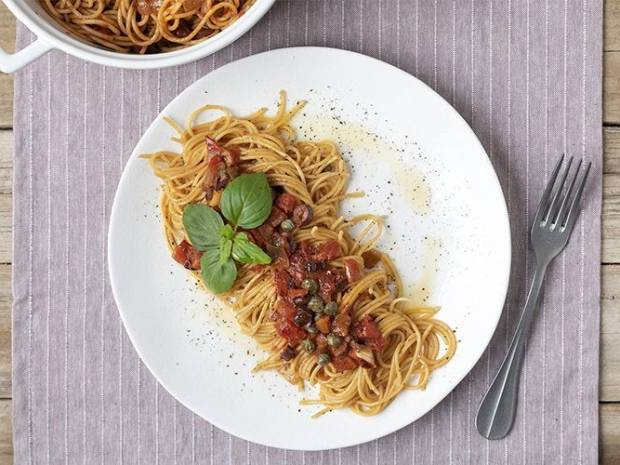 Συνταγή για σπαγγέτι πουτανέσκα από τον Άκη Πετρετζίκη