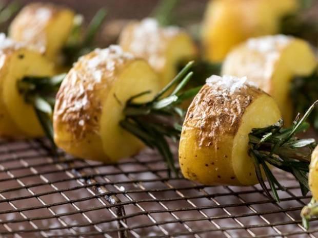 Συνταγή για ψητές πατάτες με δεντρολίβανο σε σουβλάκι από τον Άκη Πετρετζίκη
