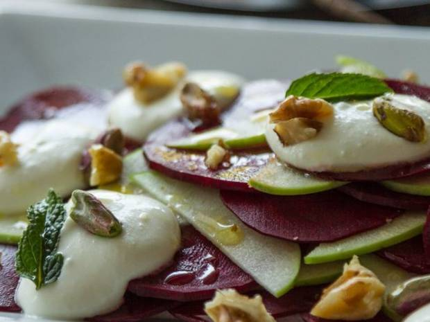 Συνταγή για σαλάτα στο μαντολίνο από τον Άκη Πετρετζίκη