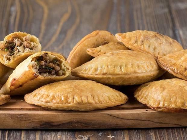 Συνταγή για κιμαδοπιτάκια από τον Άκη Πετρετζίκη