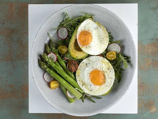 Συνταγή για τηγανητά αβγά με αβοκάντο από τον Άκη Πετρετζίκη