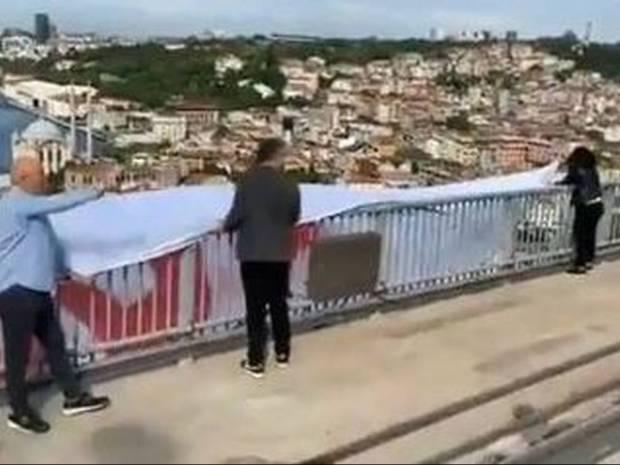Κωνσταντινούπολη: «Πού είναι τα 128 δισ. δολάρια;»- Πανό διαμαρτυρίας κατά της τουρκικής κυβέρνησης