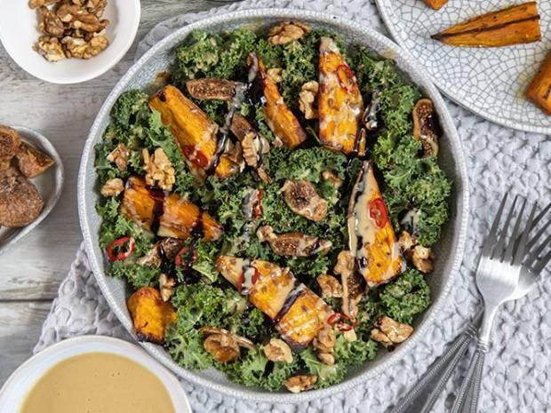Συνταγή για σαλάτα με kale και γλυκοπατάτες από τον Άκη Πετρετζίκη