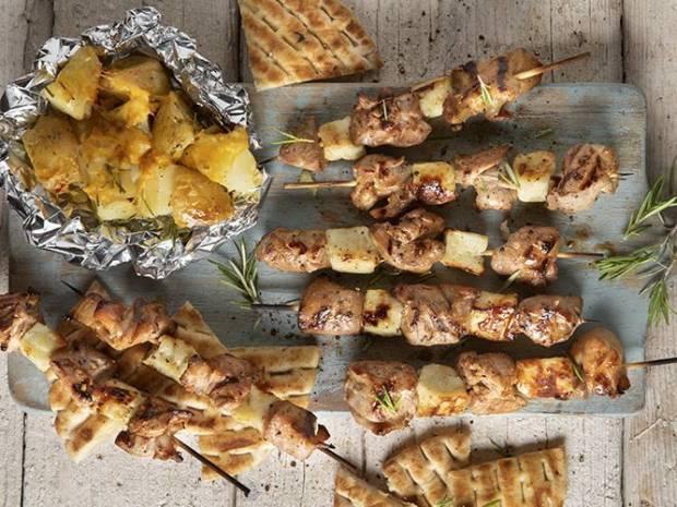 Συνταγή για σουβλάκια με αρνί και χαλούμι και ψητές πατάτες στη σχάρα από τον Άκη Πετρετζίκη