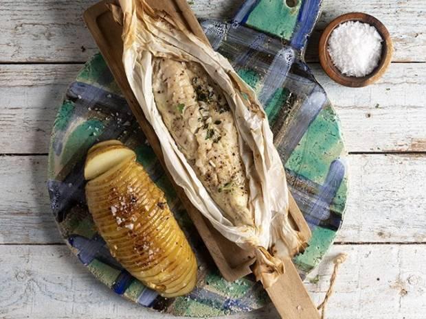 Συνταγή για φιλέτο μπακαλιάρου παπιγιότ με πατάτες ψητές από τον Άκη Πετρετζίκη