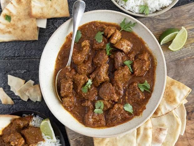 Συνταγή για χοιρινό με κάρι από τον Άκη Πετρετζίκη