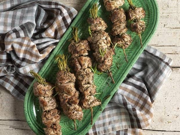 Συνταγή για χοιρινά σουβλάκια με Caesar σος από τον Άκη Πετρετζίκη