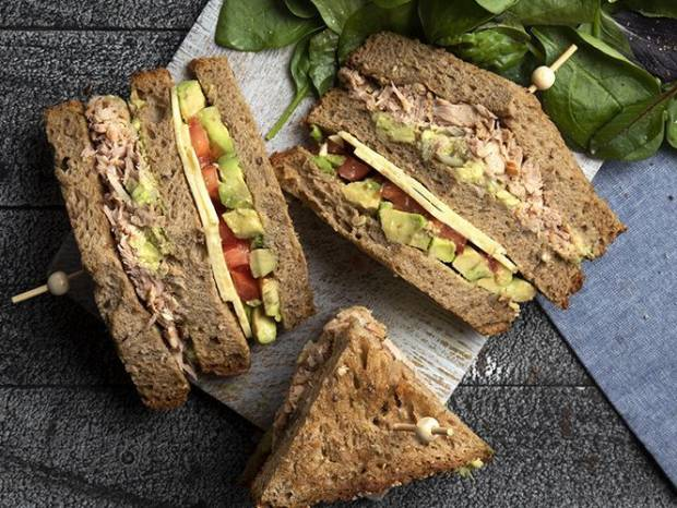 Συνταγή για κλαμπ σάντουιτς με καπνιστό τόνο από τον Άκη Πετρετζίκη