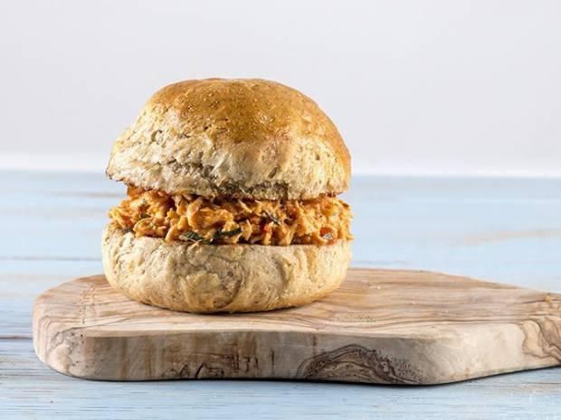 Συνταγή για pulled chicken burger από τον Άκη Πετρετζίκη