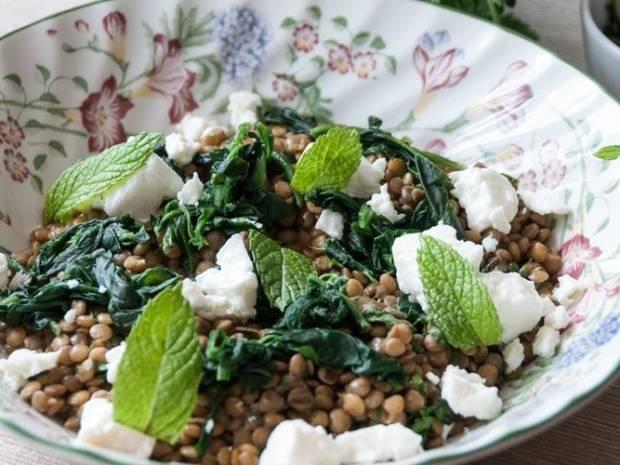 Συνταγή για σαλάτα με φακές και φέτα Βόνιτσας από τον Άκη Πετρετζίκη