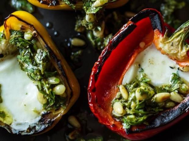 Συνταγή για πιπεριές με μοτσαρέλα, τσίλι και κουκουνάρι από τον Άκη Πετρετζίκη
