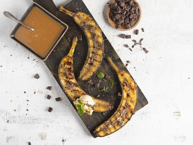 Συνταγή για ψητές μπανάνες με toffee σος και παγωτό καραμέλα από τον Άκη Πετρετζίκη