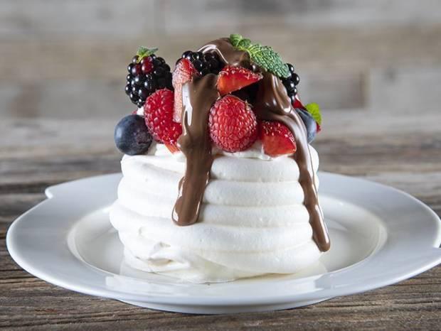 Συνταγή για Πάβλοβα με κόκκινα φρούτα και λευκή σοκολάτα από τον Άκη Πετρετζίκη