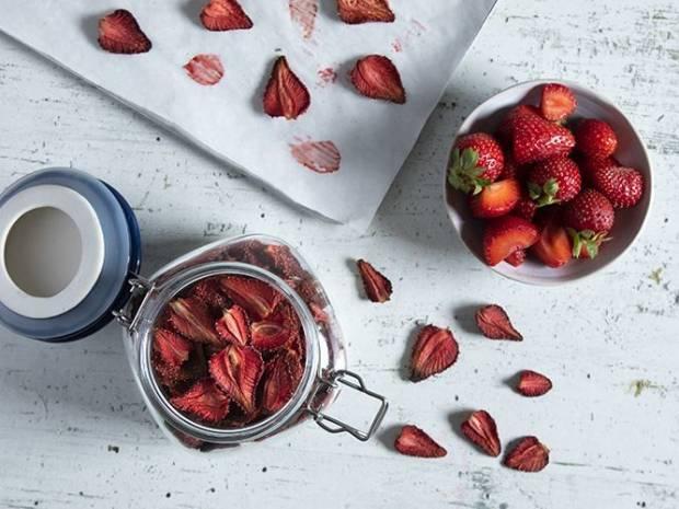 Συνταγή για αποξηραμένες φράουλες από τον Άκη Πετρετζίκη