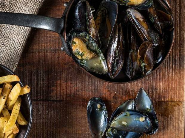 Συνταγή για Ανατολίτικα μύδια με γάλα καρύδας και κόλιανδρο από τον Άκη Πετρετζίκη
