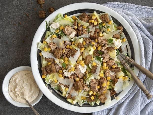 Συνταγή για σαλάτα Caesar με καπνιστό τόνο από τον Άκη Πετρετζίκη
