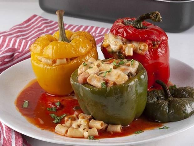 Συνταγή για γεμιστές πιπεριές με κοφτό μακαρονάκι από τον Άκη Πετρετζίκη