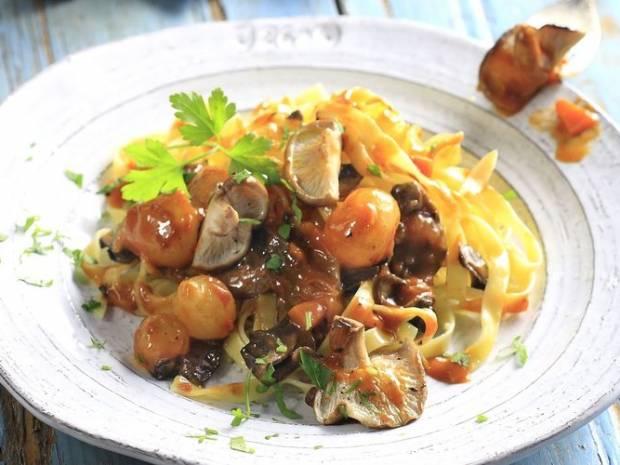 Συνταγή για μανιτάρια κοκκινιστά από τον Άκη Πετρετζίκη