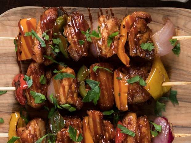 Συνταγή για κοτόπουλο σουβλάκι με σάλτσα μπάρμπεκιου από τον Άκη Πετρετζίκη