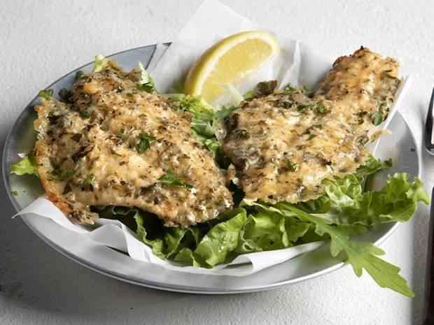 Συνταγή για ψάρι πανέ με παρμεζάνα από τον Άκη Πετρετζίκη