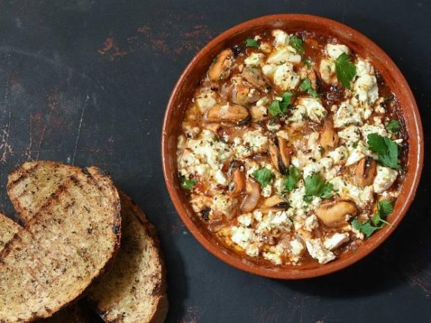 Συνταγή για μύδια σαγανάκι από τον Άκη Πετρετζίκη