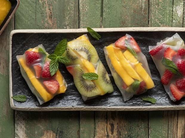 Συνταγή για rice paper rolls με φρούτα από τον Άκη Πετρετζίκη