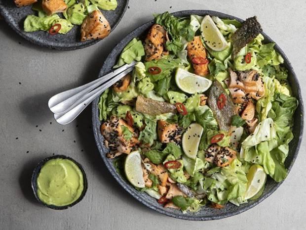 Συνταγή για σαλάτα με σολομό και αβοκάντο με κάρι από τον Άκη Πετρετζίκη