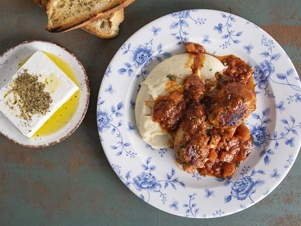 Συνταγή για κοτόπουλο κοκκινιστό από τον Άκη Πετρετζίκη