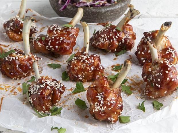Συνταγή για φτερούγες κοτόπουλου με σάλτσα bbq (lollipops) από τον Άκη Πετρετζίκη