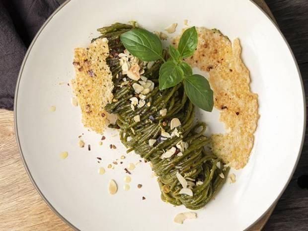 Συνταγή για σπαγγέτι από σπανάκι με πέστο χαρουπιού από τον Άκη Πετρετζίκη