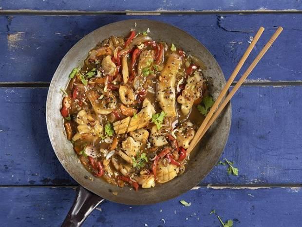 Συνταγή για γλυκόξινη σουπιά stir fry από τον Άκη Πετρετζίκη
