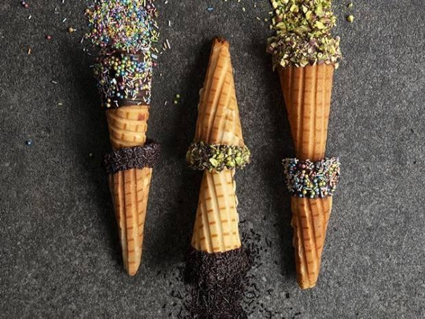 Συνταγή για σπιτικά χωνάκια παγωτού από τον Άκη Πετρετζίκη