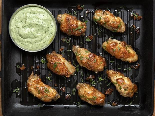 Συνταγή για φτερούγες κοτόπουλου με σάλτσα κόλιανδρου από τον Άκη Πετρετζίκη