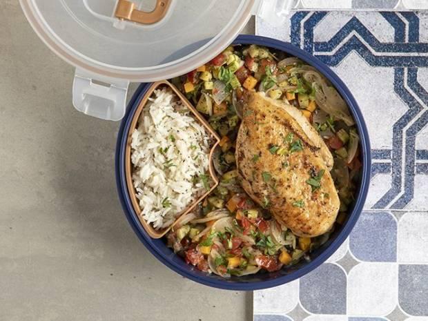 Συνταγή για ψητό στήθος κοτόπουλου με ρύζι και λαχανικά από τον Άκη Πετρετζίκη