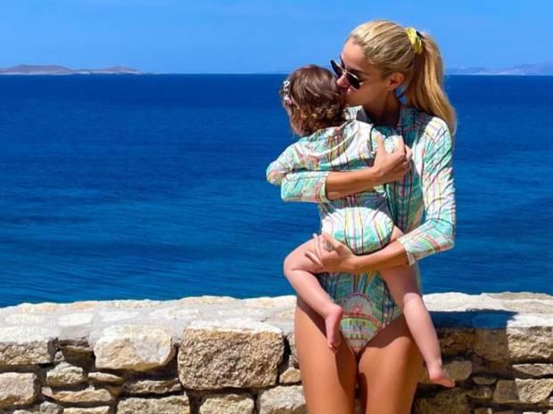 Δούκισσα Νομικού: Δείτε τι φορά στα μαλλιά με την κόρη της (εικόνες)