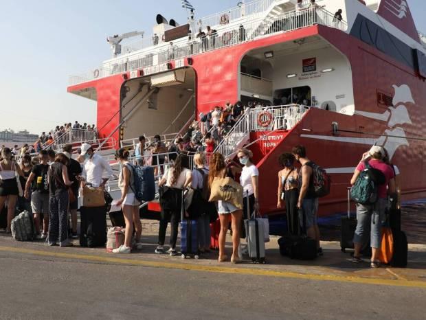 Χαμός σε λιμάνια, ΚΤΕΛ, αεροδρόμια: Εγκαταλείπουν την Αθήνα οι αδειούχοι του Αυγούστου