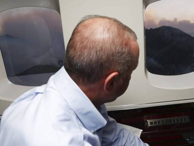 Τουρκία: Με... «τσάι» σβήνει τις φωτιές στη Μαρμαρίδα ο Ερντογάν - Φθηνό σόου και δυσαρέσκεια