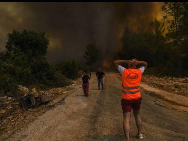 Τουρκία: Κόλαση φωτιάς - Δραματική διάσωση τουριστών από τα φλεγόμενα θέρετρα (Bίντεο)