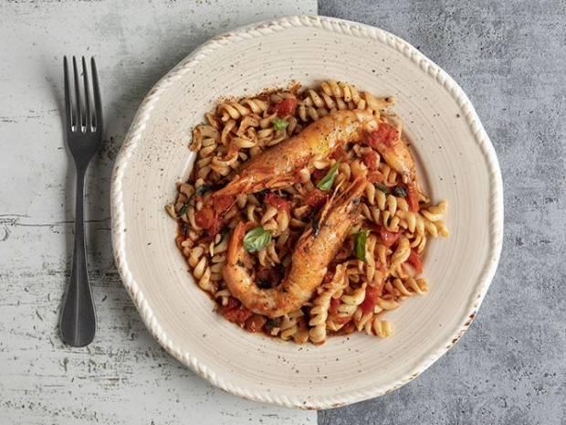 Συνταγή για βίδες με γαρίδες και κόκκινη σάλτσα από τον Άκη Πετρετζίκη