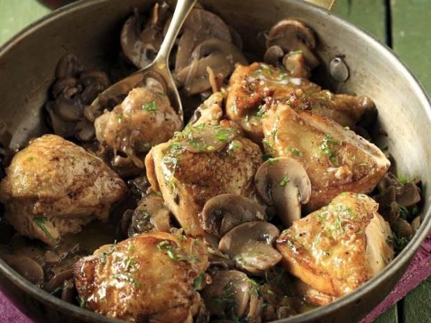 Συνταγή για κοτόπουλο με μανιτάρια και μαυροδάφνη από τον Άκη Πετρετζίκη