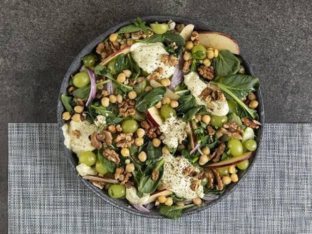 Συνταγή για σαλάτα Waldorf με ρεβίθια από τον Άκη Πετρετζίκη