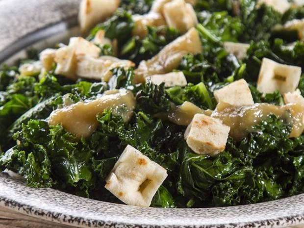 Συνταγή για σαλάτα με κέιλ και πίτες από τον Άκη Πετρετζίκη