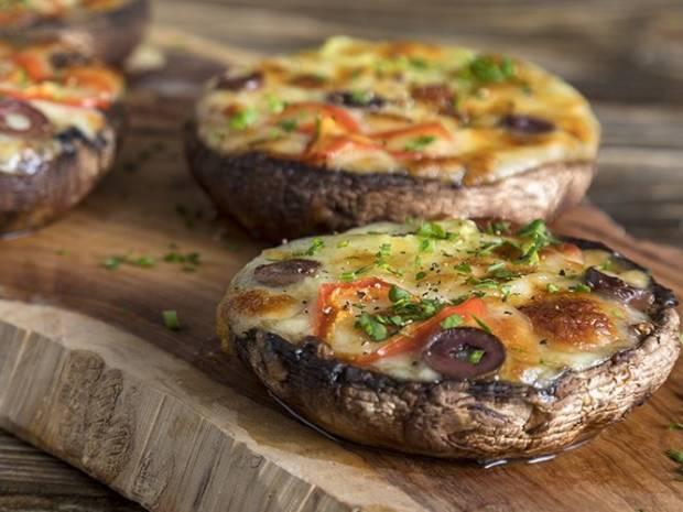 Συνταγή για μανιτάρια πίτσα από τον Άκη Πετρετζίκη