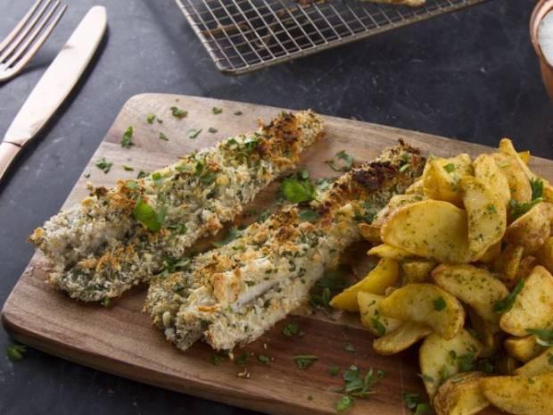 Συνταγή για ψάρι πανέ με sauce tartar πατάτας από τον Άκη Πετρετζίκη