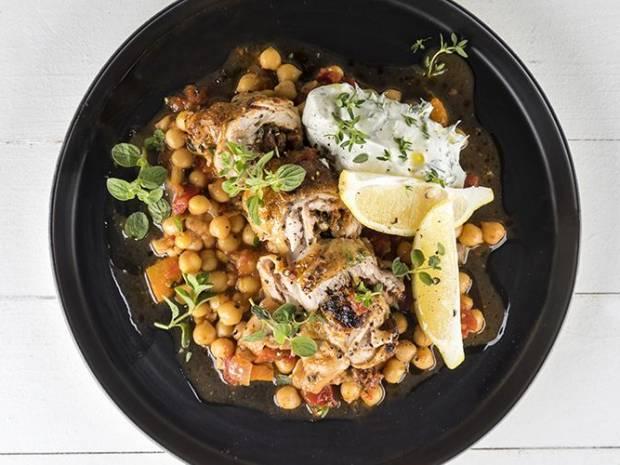 Συνταγή για γεμιστά μπούτια κοτόπουλου στον φούρνο με ρεβίθια από τον Άκη Πετρετζίκη