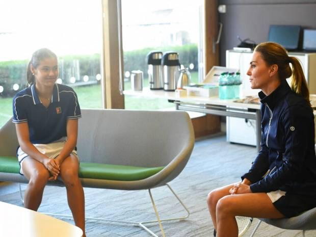 Η Kate Middleton έπαιξε τένις, φόρεσε μίνι φούστα και έδειξε τα γυμνασμένα πόδια της